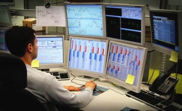 treideris apsuptas daug monitoriu